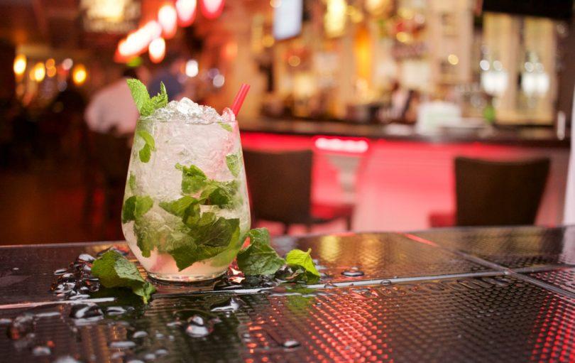 Cocktail auf Bartisch