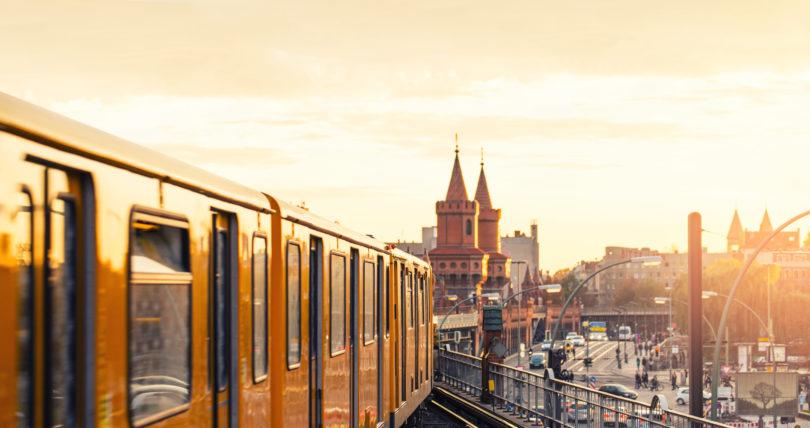 Gelbe Berliner U-Bahn bei Sonnenaufgang