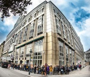 Menschenschlange vor dem Vienna Marriott Hotel