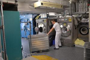 Vienna Marriott Mitarbeiter vor Waschmaschinen in der hauseigenen Wäscherei