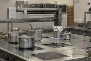 Herd mit Kochtöpfen in der Küche des Vienna Marriott Hotels