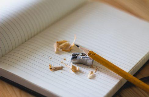 Buch mit gespitztem Bleistift