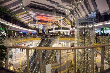 Weihnachtsdekoration im Sun Plaza Einkaufszentrum in Bukarest