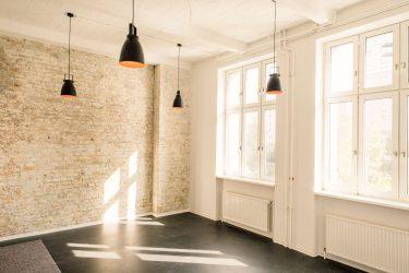 Lampen und Fensterfront in leerem Raum © Jonas Holthaus