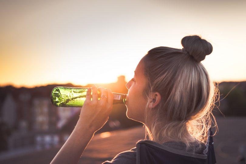 Frau mit Flasche