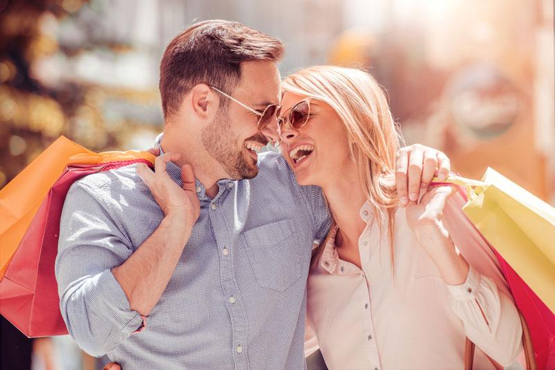 Lachendes Paar beim Einkaufen