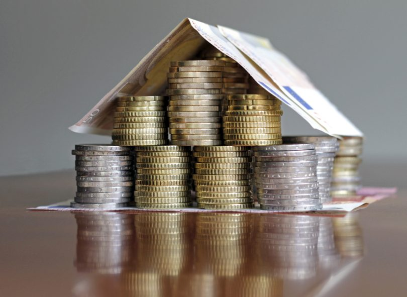 Kleines Haus aus Geldmünzen gebaut.