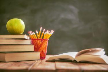 Apfel und Bücherstapel