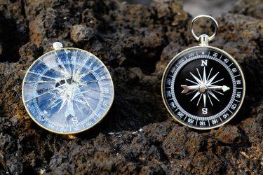 Kaputter und funktionierender Kompass