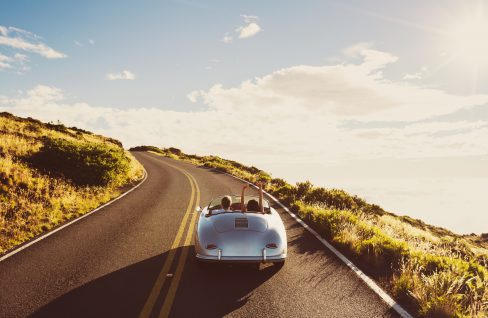 Paar fährt Auto auf Landstraße