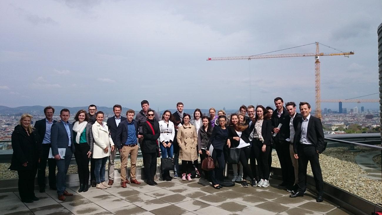 Studenten der FH Kitzbühel auf der Aussichtsterrasse des ÖBB Towers