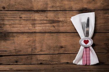 Besteck und Serviette mit Herzchen-Serviettenring