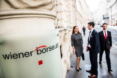 Menschen vor der Wiener Börse