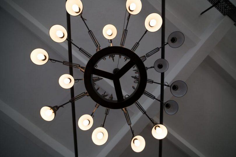 Imagebild Lampe mit leuchtenden und nicht-leuchtenden Glühbirnen