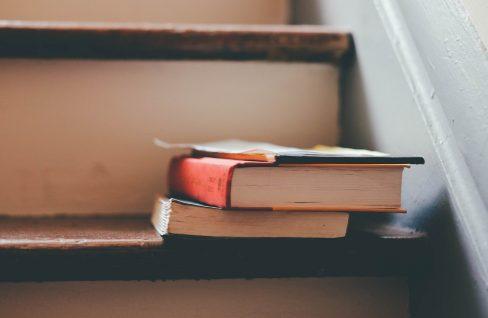 Bücher auf Holztreppe
