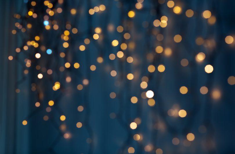 Lichterketten funkeln vor dunkelblauem Hintergrund
